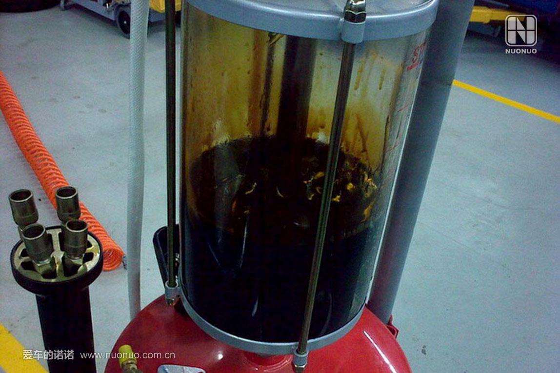 抽出来的旧机油,漆黑