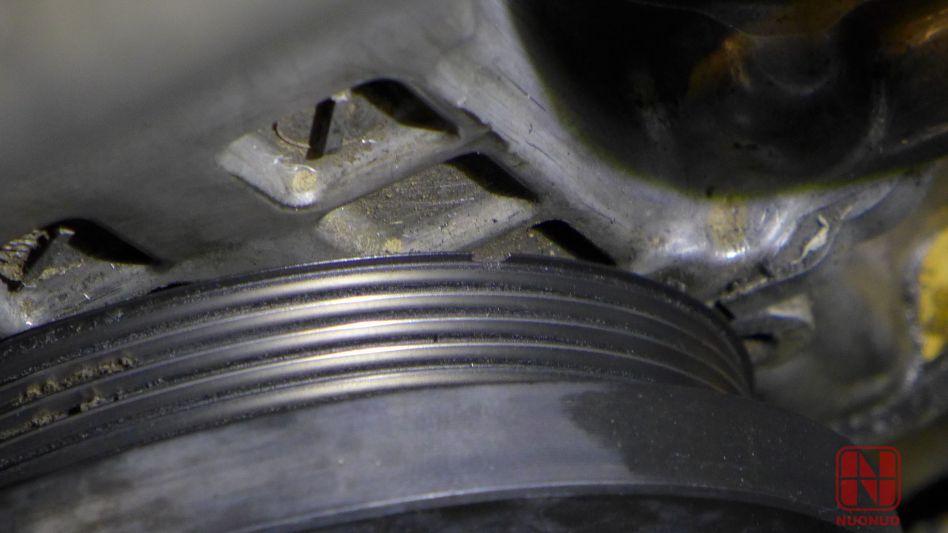 在高转速下,尤其是大负荷的高转速下,曲轴通常都会轴向窜动,导致皮带相对于皮带轮有轴向运动,这个小口子,就有可能像刀刃一样削到皮带。。。运气就是这样。 这个口子是怎么来的呢?后来询问车主,他的车子发动机曾经拆过修理,我们估计是当时拆卸曲轴皮带轮的时候,修理工用一字螺丝刀插进来硬拗,导致的皮带轮边缘破损,埋下隐患。 接下来咋办呢?定皮带轮。。。这个东西货期长啊,因为很少有人会换。 按照例行规矩,还要对车子做全车检查,正好这个时候来说说其他问题。。。纯观赏性质,文字少,以图为主。 下面这里是哪里?这么湿润?