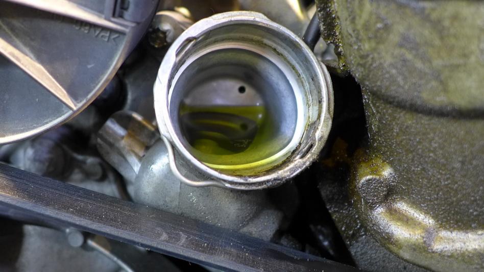 【下图】冷却液,成色还可以,冰点测量还是OK的,只是拆发动机必须换掉,那就放掉吧。